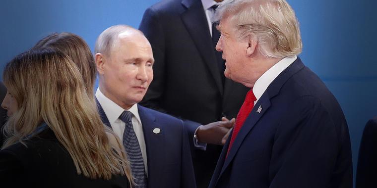El entonces presidente Donald Trump, derecha, pasa junto al presidente de Rusia, Vladimir Putin, izquierda, en la cumbre G20 en Buenos Aires, Argentina, noviembre de 2018.
