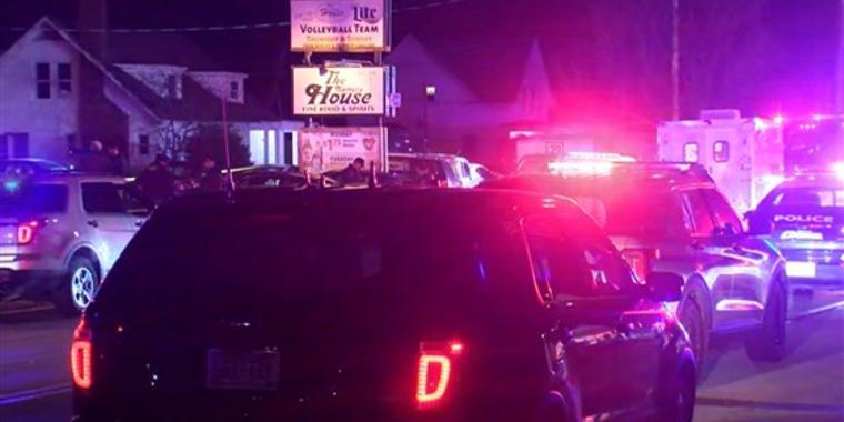 La policía responde en la madrugada de este domingo a un tiroteo en Kenosha, Wisconsin.