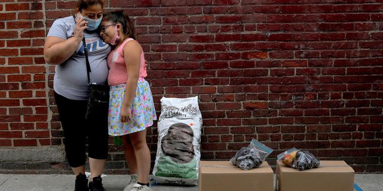 Sandra Cruz, quien perdió su trabajo debido a la pandemia de coronavirus, se retrasó cuatro meses en el pago del alquiler y teme ser desalojada, y su hija Gabriella, en Chelsea, Massachusetts, julio 22, 2020.