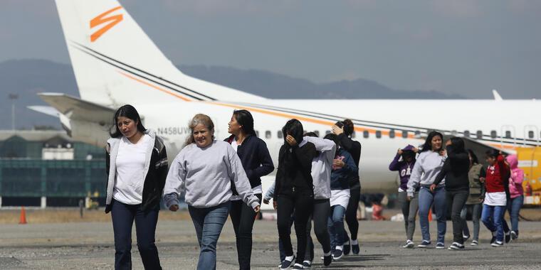 Inmigrantes deportados llegan en septiembre de 2017 a la Ciudad de Guatemala.