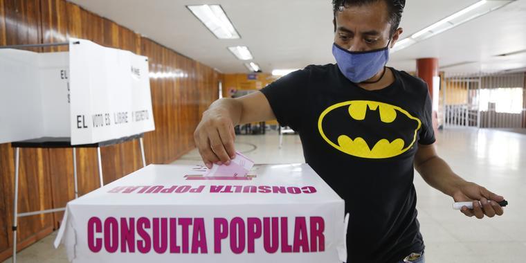 Un hombre participa en la consulta popular sobre juicios a expresidentes mexicanos en Guadalajara, México