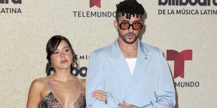 Bad Bunny y su novia Gabriela Berlingeri, en la alfombra roja de los Premios Billboard 2021.