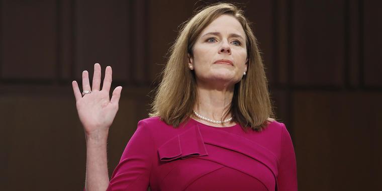 La nominada a la Corte Suprema, Amy Coney Barrett jura ante el Senado.