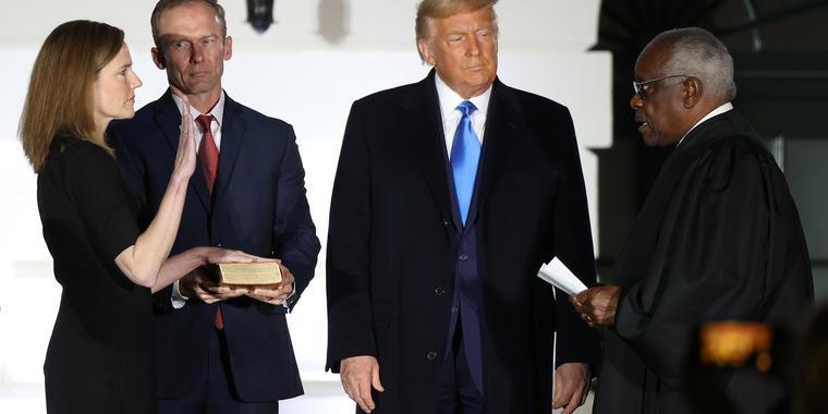 Trump observa mientras el juez de la Corte Suprema Clarence Thomas administra el juramento constitucional a Amy Coney Barrett