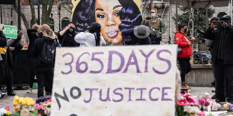 Un retrato de Breonna Taylor frente al acto de protesta y conmemoración de su muerte este sábado en Louisville, Kentucky.