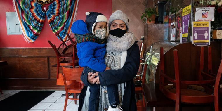 Yareli Adan con su hijo en el restaurante donde ella trabaja, en Nueva York, en una imagen del 15 de enero del 2021. Adan,  inmigrante indocumentada, está aplicando para el programa DACA.