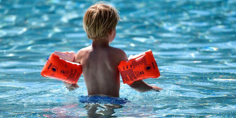 Un niño disfrutó en una piscina de Colonia, Alemania, durante un soleado día en mayo del 2020, cuando la pandemia de COVID-19 se extendía por el mundo.