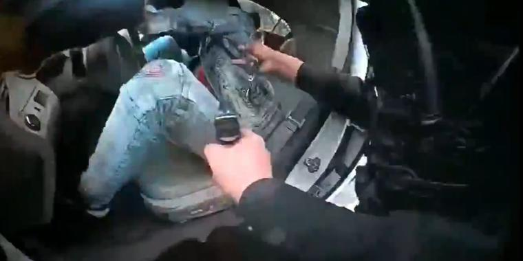 Captura del video corporal de la policía del momento en el que Dante Wright regresa al vehículo