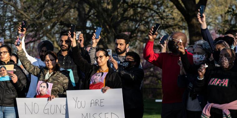 Una vigilia en Indianapolis por los ocho empleados de FedEx Ground asesinados en Krannert Park
