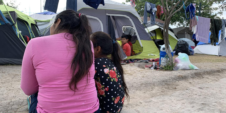 """La guatemalteca Florida Alma, de 26 años, y su hija, de 8. """"Nos quitaron todo al cruzar"""", dice."""