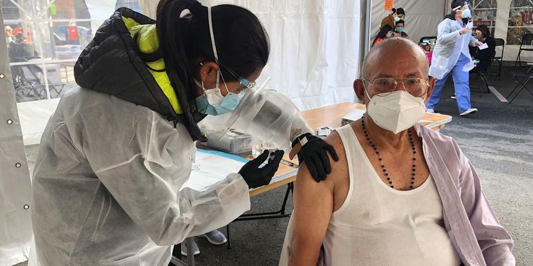 Victor Villegas, de 78 años, recibió la vacuna del COVID-19 en un centro de vacunación del distrito de Mission en San Francisco, el 8 de febrero del 2021.