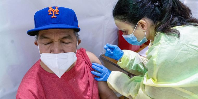Gustavo Hernández recibió la vacuna del COVID-19 en el Brox, Nueva York el 31 de nero del 2021. Los datos oficials indican que los latinos van rezagados en el proceso de vacunación frente a otros grupos étnicos en Estados Unidos.