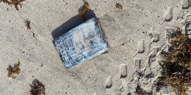 Uno de los paquetes de cocaína descubiertos en la playa de Cabo Cañaveral, Florida.