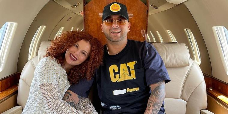 Wisin y su esposa en un avión