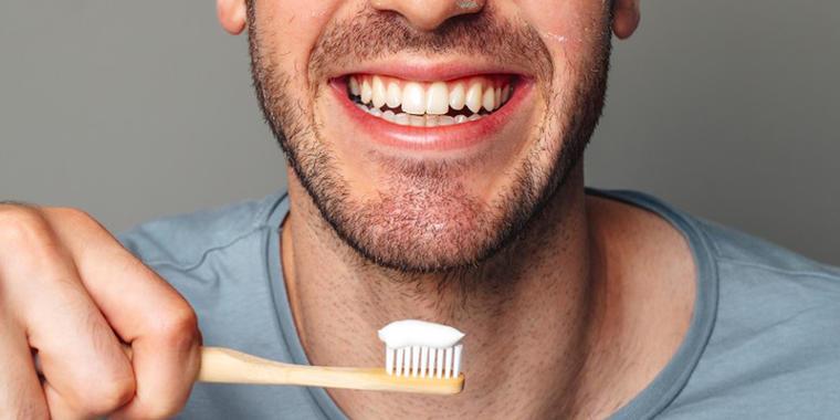 Enjuagar con agua la pasta de dientes