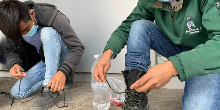 Dos migrantes son retornados a México bajo el título 42 que permite expulsiones rápidas durante la pandemia.
