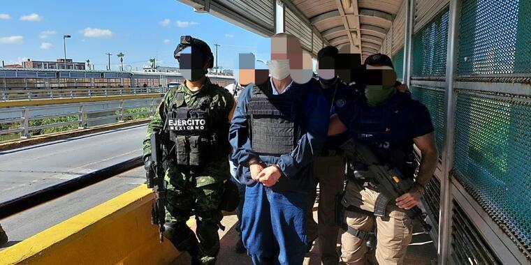Militares mexicanos custodian a Eduardo Arellano Felix en el puente fronterizo de Matamoros, Tamaulipas