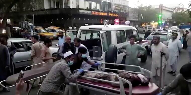 Heridos son llevados a un hospital tras el atentado cerca del aeropuerto de Kabul