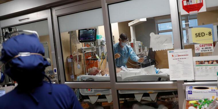 Florida sufre más hospitalizaciones y muertes que nunca antes en la pandemia, con más de 17,000 pacientes en centros de salud por COVID-19.