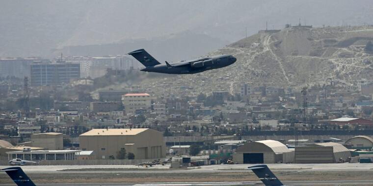 Un avión de la Fuerza Aérea estadounidense despega del aeropuerto internacional de Kabul, Afganistán