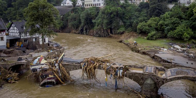Escombros cuelgan de un puente dañado sobre el río Ahr en Schuld, Alemania, el viernes 16 de julio de 2021. Dos días antes, el río Ahr se desbordó después de que cayeran fuertes lluvias que causaron graves muertes y cientos de personas desaparecidas.