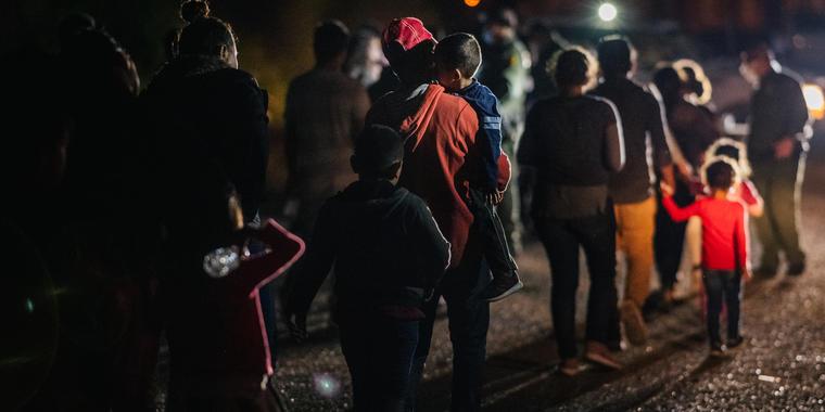 """Los """"vuelos laterales"""", como se les llamaba, permitieron que CBP distribuyera sus recursos para procesar a los inmigrantes fuera del Valle del Río Grande, el sector fronterizo más activo para el tráfico de inmigrantes."""