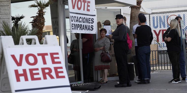 Un grupo de personas hacen fila en un lugar de votación anticipada en Las Vegas, Nevada