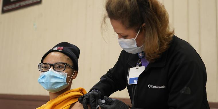 Isis Gardner recibe la vacuna de Pfizer contra el COVID-19.
