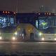Autobuses estacionados fuera del Centro de Convenciones Kay Bailey Hutchison de Dallas, Texas, donde viajan niños migrantes.