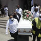 Una familia en Los Ángeles carga el féretro de uno de sus miembros que falleció por COVID-19.