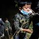 Migrantes de Centroamérica, que llegaron ilegalmente de México a Estados Unidos para buscar asilo, desembarcan de un bote inflable después de cruzar el río Grande antes de entregarse a los agentes de la Patrulla Fronteriza en la ciudad fronteriza de Roma