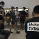 Jóvenes -uno de ellos con una camiseta promocional de TikTok- en una tienda de Apple en Pekín, China, 17 de julio del 2020. Alrededor del mundo, plataformas como TikTok han ganado popularidad entre niños y adolescentes. Imágen con fines ilustrativos.