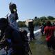 Migrantes haitianos utilizan una presa para cruzar hacia y desde los Estados Unidos desde México, el viernes 17 de septiembre de 2021, en Del Rio, Texas.