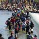 Migrantes haitianos utilizan una presa para cruzar hacia y desde Estados Unidos desde México cerca del paso fronterizo de Del Río, Texas.