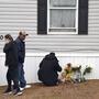 Un altar para las víctimas del tiroteo mortal en un lote de casas rodantes en Colorado Springs