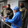 Los agentes del alguacil de Los Ángeles hablan con el administrador de un apartamento sobre un apartamento desocupado al que llegaron para ejecutar una orden de desalojo, a medida que se propaga el coronavirus, en Los Ángeles, California, el 13 de enero d