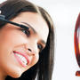 Mujer con máscara para pestañas