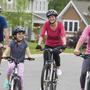 Familia andando en bicicletas