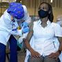 Una enfermera de Florida recibe la vacuna de Pfizer el pasado mes de diciembre.