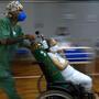 Una paciente con COVID-19 es tratada en un hospital instalado en un gimnasio deportivo, en Santo Andre, estado de Sao Paulo, Brasil, el 26 de marzo de 2021.