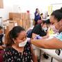 Una mujer latina recibe la vacuna de Johnson & Johsnon, el pasado sábado en Immokalee, Florida.
