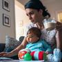 Al igual que con un reembolso de impuestos típico, no existen restricciones sobre cómo se debe gastar este dinero. Eso significa que los padres pueden usarlo para mejorar su situación financiera general haciendo cosas como pagar deudas.