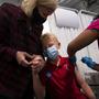 Un niño de 12 años recibe su primera dosis de la vacuna de Pfizer contra el coronavirus