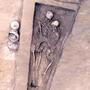 Los esqueletos encontrados en el norte de China entrelazados (ilustración en base a fotografía de International Journal of Osteoarchaeology).