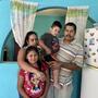 Jorge de Santos y su familia en la casa prestada en la que viven en un asentamiento en el estado de Aguascalientes.