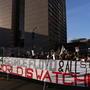 Manifestantes piden justicia frente a la sede de la corte del condado de Hennepin en Minneapolis, Minnesota.