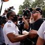 Un policía interviene durante una disputa entre manifestantes pro-Trump y manifestantes contrarios a ellos.