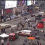 En esta imagen tomada de un video, los peatones se alejan a toda prisa del lugar de un tiroteo en Times Square, el sábado 8 de mayo de 2021, en Nueva York.