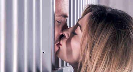 Erik Hayser y Aracely Arámbula besándose en Los Miserables
