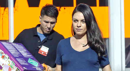 Mila Kunis muestra su pancita de embarazada al salir de compras